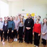 Священник побеседовал со школьниками о ценности духовной книги