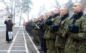 Священник посетил церемонию принятия присяги в воинской части 5527
