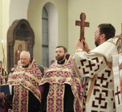 В канун праздника Воздвижения Креста Господня епископ Серафим совершил всенощное бдение в Никольском кафедральном соборе
